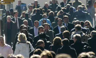 NYC-anonymous-crowd-walks-street-sidewalk